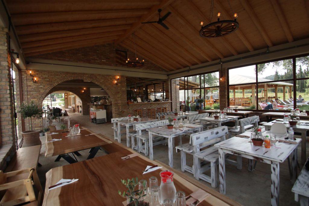 Restaurant mit Blick in Garten