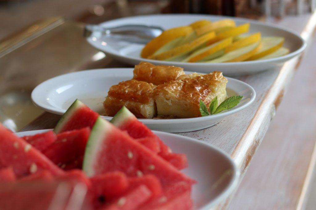 Melone und Galaktoboureko Frhstücksbuffet Honigtal Farmland