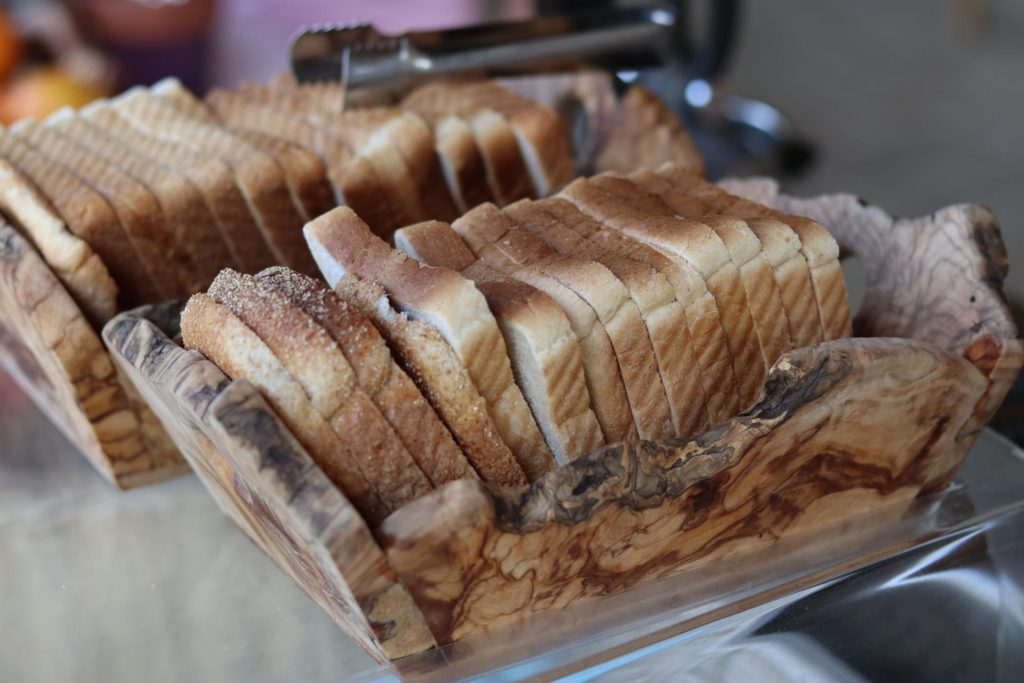 Toastbrot auf Frühstücksbuffet im Honigtal Farmland